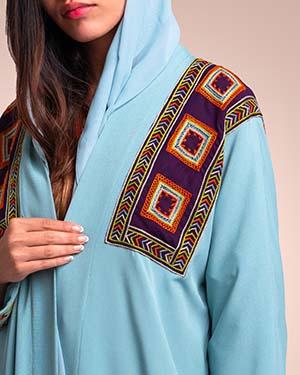 عباءة من قماش الكريب الخفيف مستوحاة من زخارف بني مالك